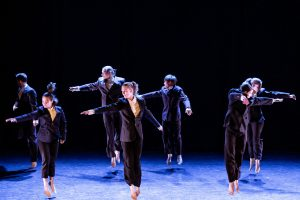 Kuvassa on ryhmä tanssijoita ilmaan hypänneinä.
