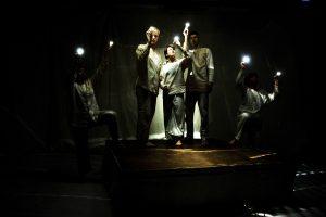 Kuvassa on näyttelijöitä esityksessä Seitsemän Sisarusta.