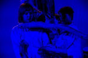 Kuvassa on kaksi näyttelijää esityksessä Seitsemän sisarusta.
