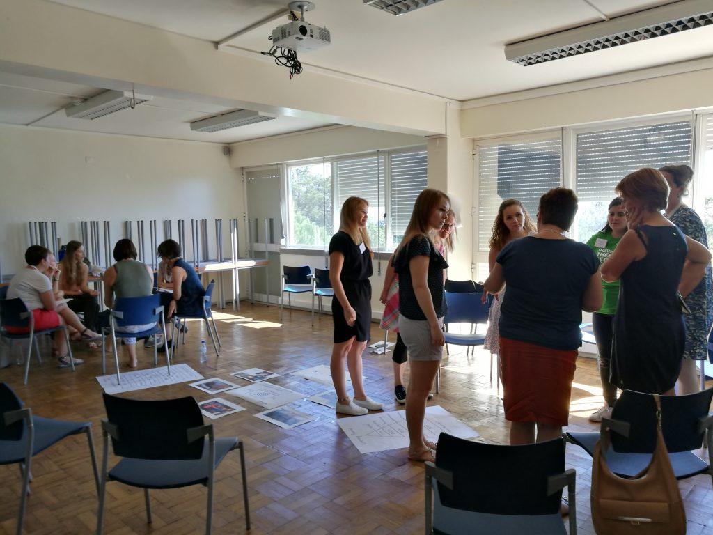 Kuvassa on opiskelijoita ryhmissä.