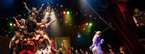 Kuvassa on näkyvillä sirkusnäyttämö ja siinä paljon erilaisia sirkushahmoja.