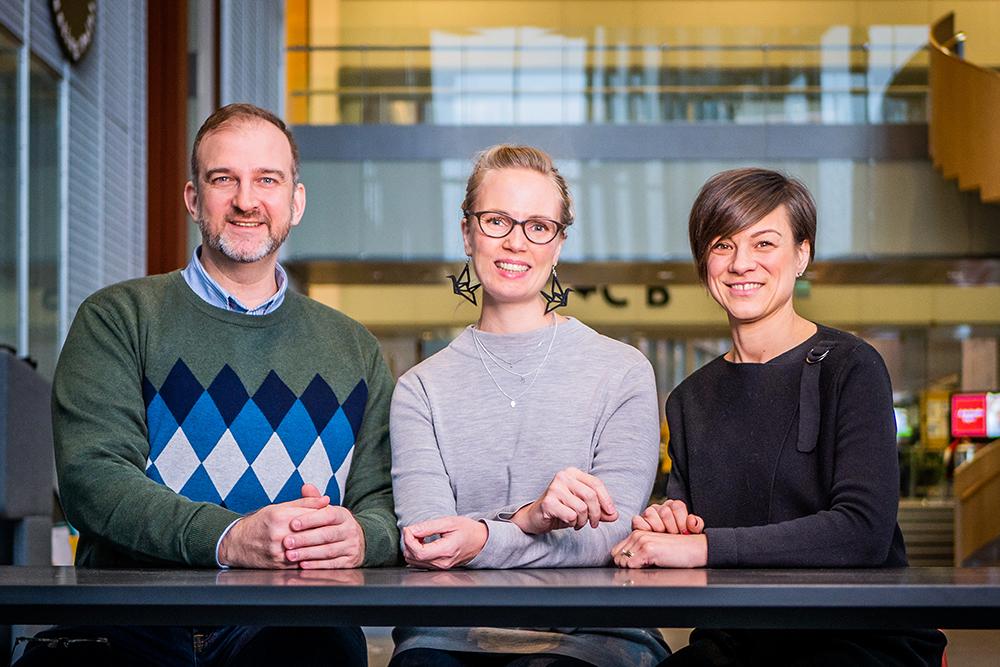 Kuvassa Jan Holmberg, Mari Lahti ja Minna Salakari.