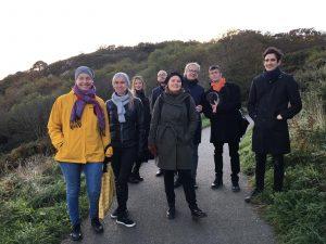 Kuvassa on PARTGO-työryhmän jäseniä kapealla tiellä vehreässä maisemassa.