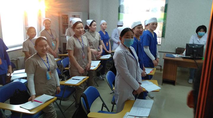 Kuvassa on mongolialaisia sairaanhoitajaopiskelijoita.