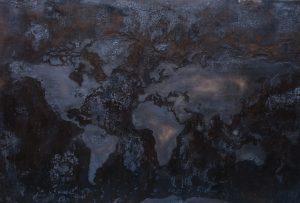 Kuvassa näkyy hiiltynut maapallon karttakuva.