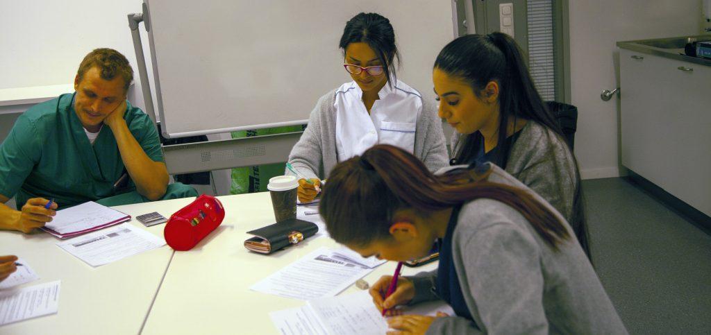 Opiskelijat tekevät tehtäviä.