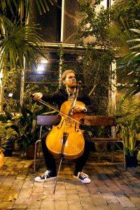 Kuvassa Teemu Mastovaara soittaa selloa.