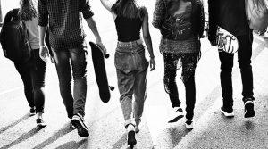 Nuoria kävelemässä.