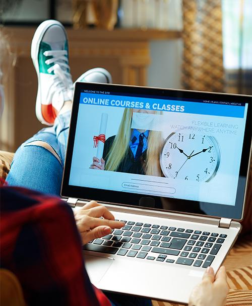tietokone, jonka näytöllä teksi online courses