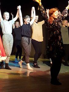 Kuvassa näkyy useita tanssijoita kädet kohotettuina.