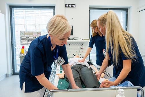 Kolme sairaanhoitajaa simulaatiotilassa.