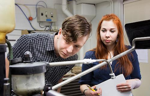 Opiskelijat tutkivat tekniikkaa.