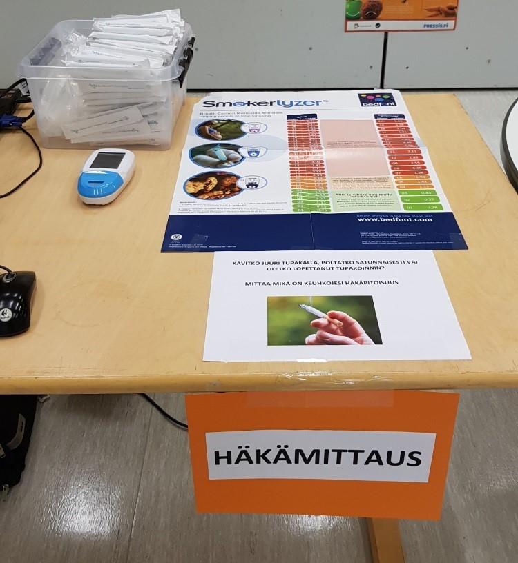 Pöytä, jossa on häkätietoutta ja mittauslaitteet.