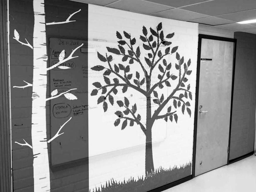 Kuvassa näkyy luonnos seinämaalauksesta: puuhahmotelmia.