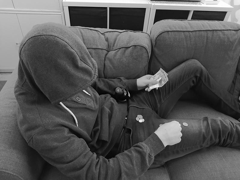 Nuori lojuu sohvalla