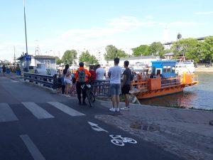 Pyöräilijöitä ja kävelijöitä Föriin menossa.