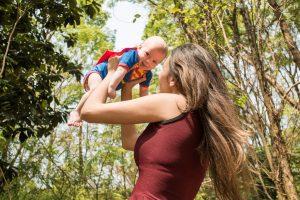 Äiti ja vauva superman-asussa, kuva:Unsplash