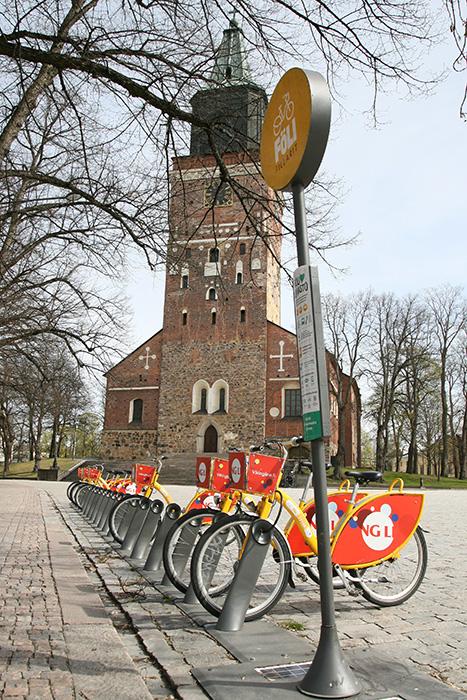 Pyörät kirkon edessä.