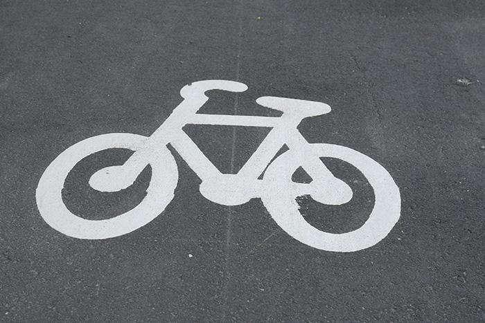 Tiessä pyörä-liikennemerkki.