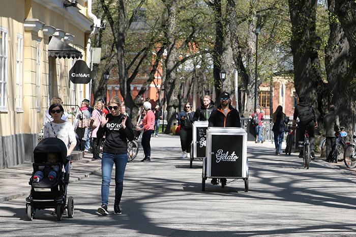 Kävelijöitä ja pyöräilijöitä liikkeellä.