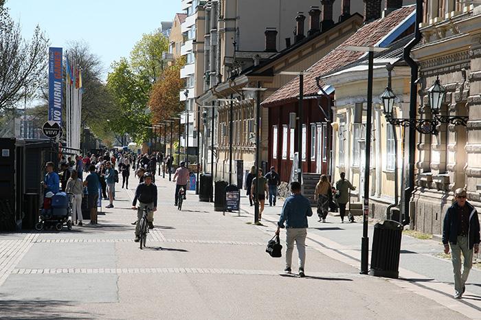 Kävelijöitä ja pyöräilijöitä kadulla