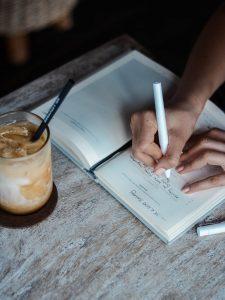 Päiväkirjan kirjoittaminen, Kuva:Unsplash
