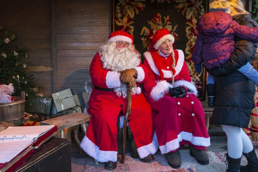 joulupukki ja -muori sekä vierailijoita