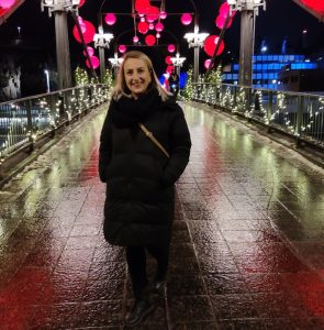 Aida Bacic seisoo sillalla.