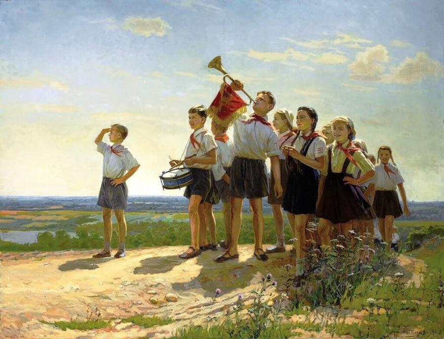 Kuvassa on nuoria, joista kahdella soittimet. Joukkoa kohtaa trumpettiin puhaltava nuorukainen.