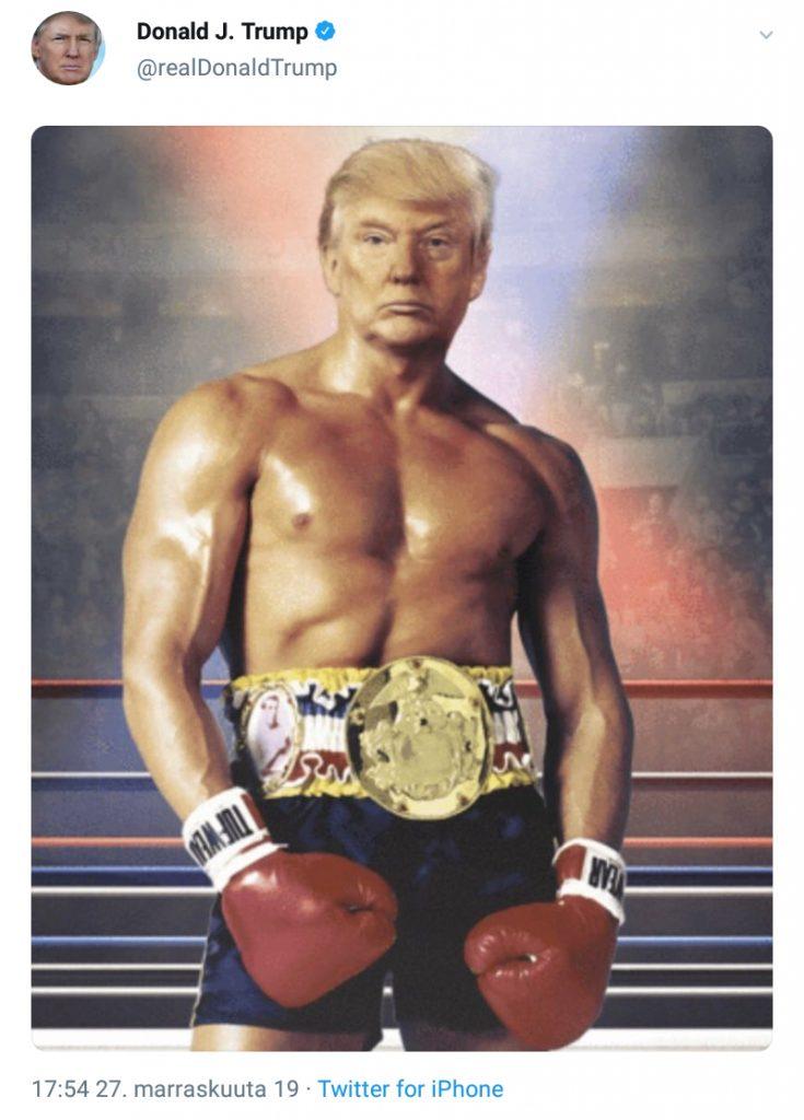 Kuvassa on Yhdysvaltain presidentti D. Trump nyrkkeilykehässä kädet punaisissa nyrkkeilyrukkasissa.