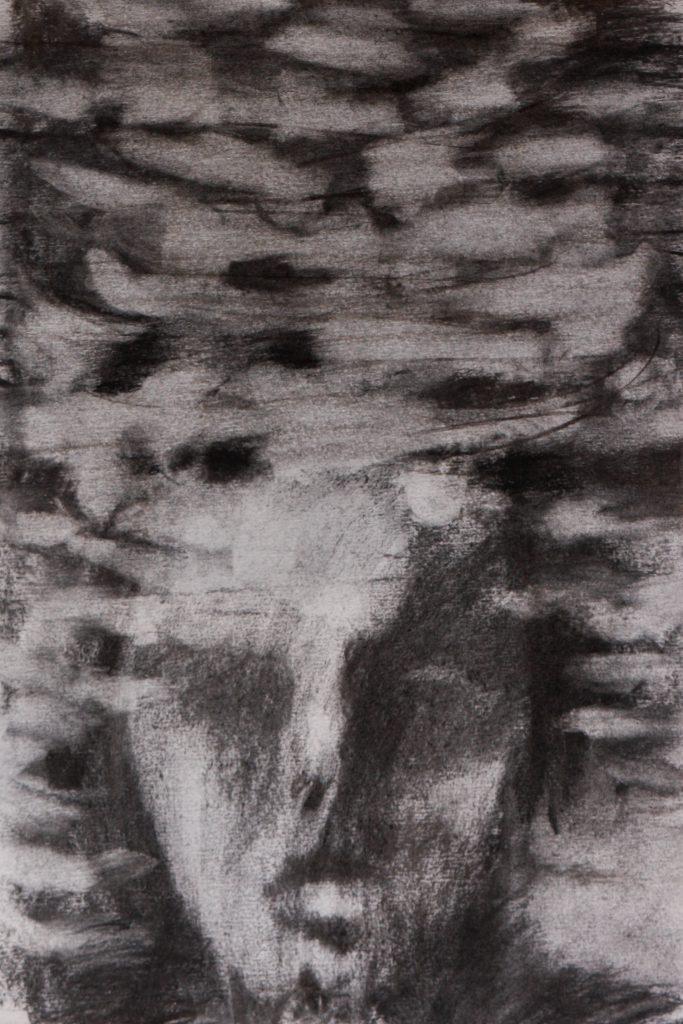 Kuvassa on Essu Koskisen teos, joka on tehty hiilellä paperille. Kuvassa erottuu kasvot.