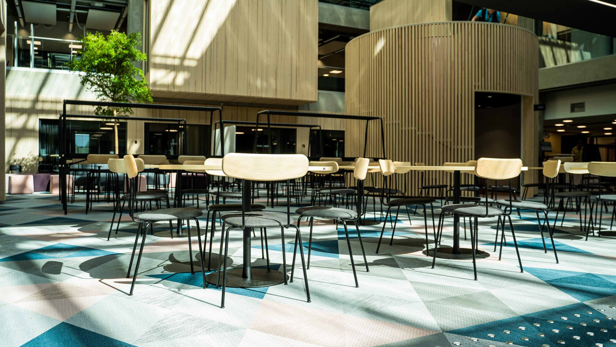 Aurinkokansi EduCityn 2. kerroksessa: pöytiä ja tuoleja, avaraa tilaa