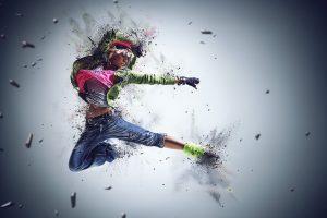 Kuvassa on tanssiva nuori henkilö liikkeessä.