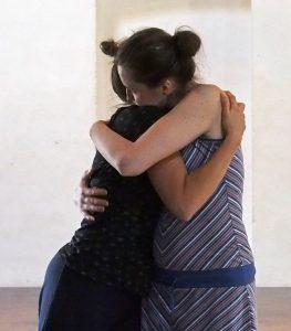 Kuvassa kaksi henkilöä halaa toisiaan.