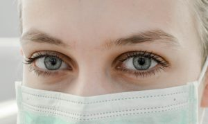 Lähikuva naissairaanhoitajan silmistä.