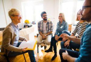 Ryhmä ihmisiä istuu keskustelmassa