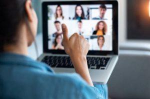 työntekijä käy verkkoneuvottelua tietokoneen avulla verkossa