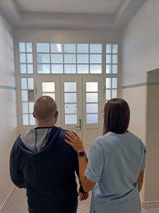 Kuvituskuva, jossa mies ja nainen kuvattu takaapäin kävelemässä kohti ulko-ovea.